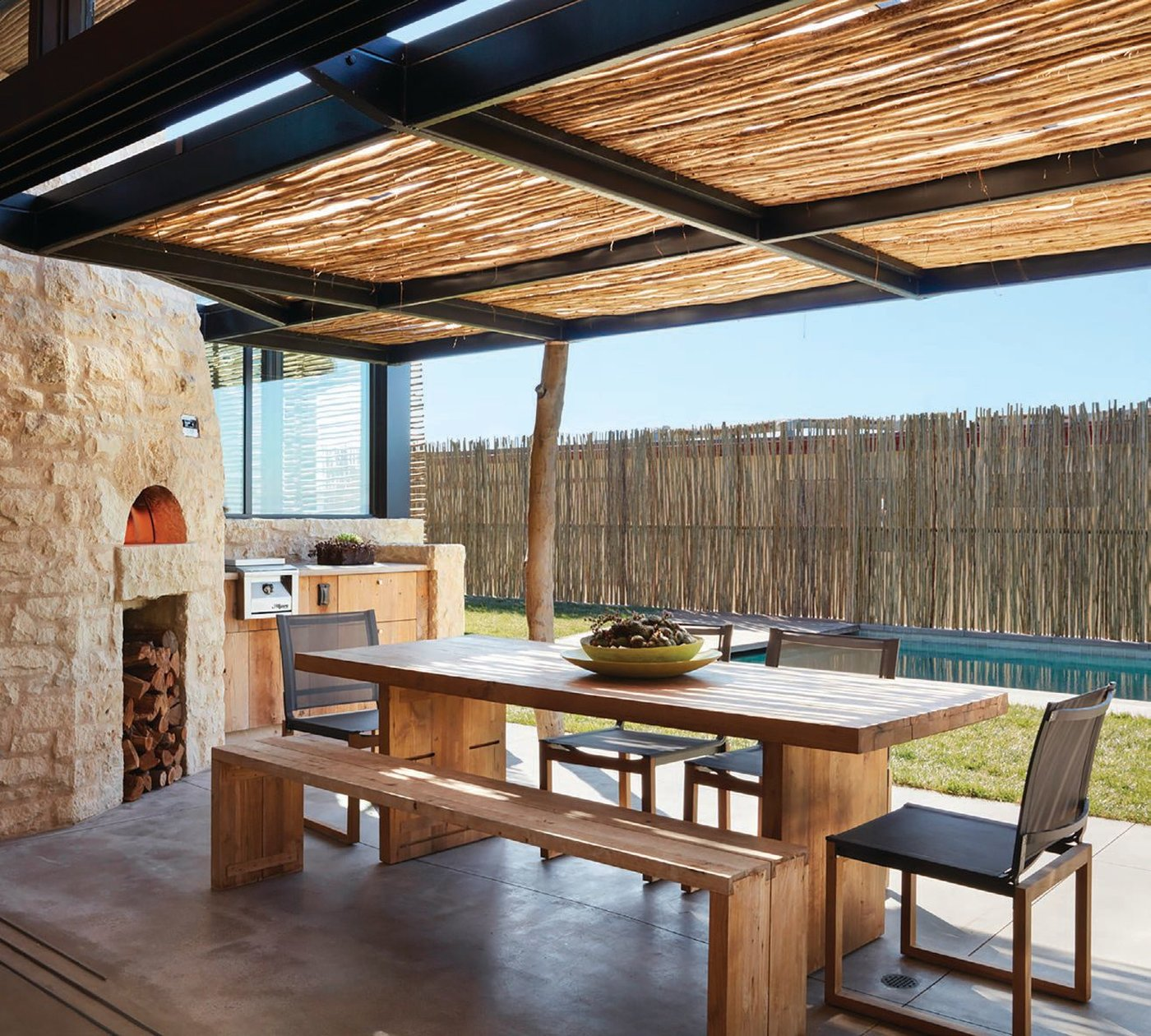 A SoCal surfer family with South African roots got the outdoor kitchen of their dreams (including traditional wood-fi red barbecue or braai) courtesy of KAA Design. PHOTO BY ROGER DAVIES
